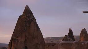 Ηλιοβασίλεμα σε Cappadocia με τη δύσκολη έκτασή του φιλμ μικρού μήκους
