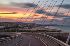 Ηλιοβασίλεμα σε Pescara, Ponte del Mare Γέφυρα επάνω λεπτή χρυσή καλή κυματωγή θάλασσας πτώσης στοκ εικόνα