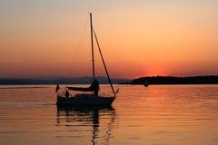 ηλιοβασίλεμα σκιαγραφιών βαρκών Στοκ Φωτογραφία