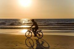 ηλιοβασίλεμα σκιαγραφιών ποδηλατών Στοκ Εικόνα