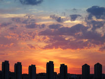 ηλιοβασίλεμα σπιτιών στοκ φωτογραφία