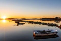 Κόλπος του Αρκασόν, Γαλλία Ηλιοβασίλεμα στα αλατισμένα λιβάδια κοντά στο κουνάβι ΚΑΠ στοκ εικόνες με δικαίωμα ελεύθερης χρήσης