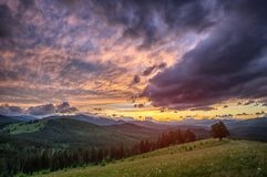 Ηλιοβασίλεμα στα βουνά Carpathians της Ουκρανίας Πόλη Verhovina Foto HDR Στοκ Εικόνες