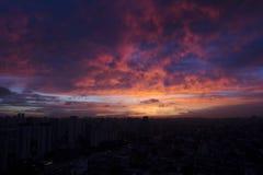 Ηλιοβασίλεμα στα σύνολα κτηρίων στοκ φωτογραφίες