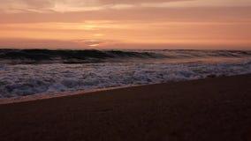 Ηλιοβασίλεμα στην ακτή της θυελλώδους θάλασσας απόθεμα βίντεο