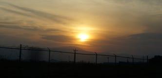 Ηλιοβασίλεμα στην εθνική οδό συνόρων Στοκ Εικόνες