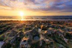 Ηλιοβασίλεμα στην παραλία Άγιος-LEU στη Νήσο Ρεϊνιόν Στοκ εικόνες με δικαίωμα ελεύθερης χρήσης