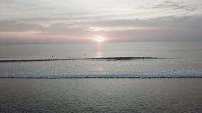 Ηλιοβασίλεμα στην παραλία - ήρεμη ειδυλλιακή σκηνή ενός χρυσού ηλιοβασιλέματος πέρα από τη θάλασσα, κύματα αργά που καταβρέχει στ φιλμ μικρού μήκους
