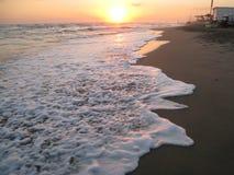 Ηλιοβασίλεμα στην παραλία Κύμα θάλασσας με τον αφρό Στοκ Εικόνες