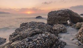 Ηλιοβασίλεμα στην παραλία νωρίς στοκ φωτογραφία