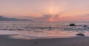 Ηλιοβασίλεμα στην παραλία νωρίς στοκ φωτογραφία με δικαίωμα ελεύθερης χρήσης