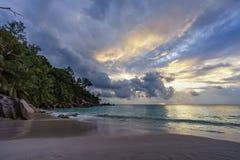 Ηλιοβασίλεμα στην παραλία παραδείσου στο anse Georgette, praslin, Σεϋχέλλες Στοκ Εικόνες