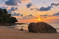 Ηλιοβασίλεμα στην παραλία του LAK Khao Ταϊλάνδη Στοκ φωτογραφία με δικαίωμα ελεύθερης χρήσης