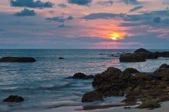 Ηλιοβασίλεμα στην παραλία του LAK Khao Ταϊλάνδη Στοκ Εικόνες