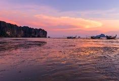 ηλιοβασίλεμα στην παραλία AO Nang, Krabi, Ταϊλάνδη Στοκ Εικόνες