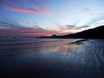 Ηλιοβασίλεμα στην παραλία DA Fazenda στο κράτος του Σάο Πάολο στοκ φωτογραφίες