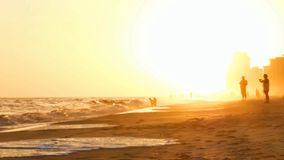 Ηλιοβασίλεμα στην πορτοκαλιά παραλία Αλαμπάμα με την ομίχλη απόθεμα βίντεο