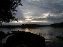 Ηλιοβασίλεμα στην πράσινη λίμνη στοκ φωτογραφία με δικαίωμα ελεύθερης χρήσης