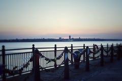 Ηλιοβασίλεμα στην προκυμαία του Λίβερπουλ στοκ εικόνες
