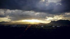 Ηλιοβασίλεμα στην πόλη κοιλάδων με τον όμορφο νεφελώδη ουρανό Χρυσό βράδυ ώρας απόθεμα βίντεο