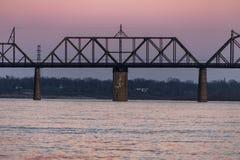 Ηλιοβασίλεμα στην τελική γέφυρα σιδηροδρόμου του Κεντάκυ & της Ιντιάνα - ποταμός του Οχάιου, Λουισβίλ, Κεντάκυ & Jeffersonville,  Στοκ εικόνες με δικαίωμα ελεύθερης χρήσης
