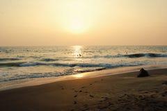 Ηλιοβασίλεμα στην τροπική παραλία και τον ειρηνικό ωκεανό Στοκ φωτογραφία με δικαίωμα ελεύθερης χρήσης
