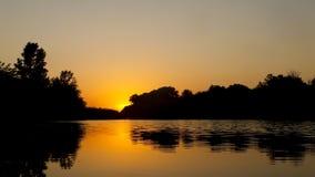 Ηλιοβασίλεμα στην όχθη ποταμού Στοκ φωτογραφία με δικαίωμα ελεύθερης χρήσης
