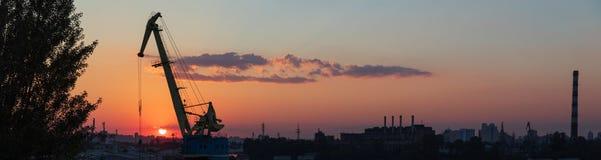 Ηλιοβασίλεμα στη βιομηχανική περιοχή του Κίεβου στην περιοχή Podil Στοκ φωτογραφία με δικαίωμα ελεύθερης χρήσης