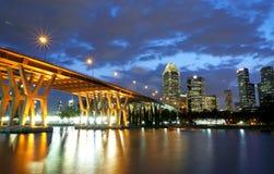 Ηλιοβασίλεμα στη γέφυρα σε CBD στοκ φωτογραφία