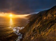 Ηλιοβασίλεμα στη δραματική μεγάλη ακτή Sur στοκ φωτογραφία με δικαίωμα ελεύθερης χρήσης