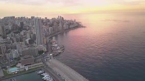 Ηλιοβασίλεμα στη θάλασσα Πέταγμα πέρα από τη μαρίνα κόλπων της Βηρυττού Zaytunay και κεντρικός Εναέριος πυροβολισμός κηφήνων της  απόθεμα βίντεο