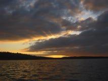Ηλιοβασίλεμα στη θάλασσα Τα σκοτεινά σύννεφα καλύπτουν τον ορίζοντα στοκ εικόνες με δικαίωμα ελεύθερης χρήσης