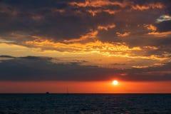 Ηλιοβασίλεμα στη θάλασσα της Βαλτικής σε Warnemuende, Γερμανία Στοκ Φωτογραφίες