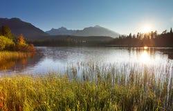 Ηλιοβασίλεμα στη λίμνη βουνών - pleso Strbske. Στοκ Εικόνες