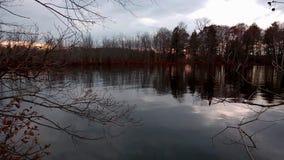 Ηλιοβασίλεμα στη λίμνη καστόρων απόθεμα βίντεο