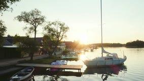 Ηλιοβασίλεμα στη λίμνη με το γιοτ