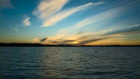 Ηλιοβασίλεμα στη λίμνη στη Σουηδία Σκανδιναβία στην άνοιξη απόθεμα βίντεο