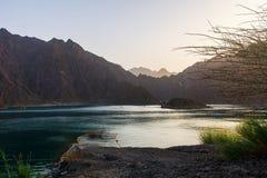 Ηλιοβασίλεμα στη λίμνη φραγμάτων Hatta στο εμιράτο του Ντουμπάι των Ε.Α.Ε. στοκ εικόνα με δικαίωμα ελεύθερης χρήσης