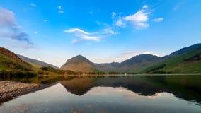 Ηλιοβασίλεμα στη λίμνη Buttermere σε Cumbria UK φιλμ μικρού μήκους