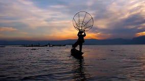 Ηλιοβασίλεμα στη λίμνη Inle, το Μιανμάρ απόθεμα βίντεο
