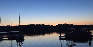Ηλιοβασίλεμα στη λίμνη Jeziorak στο Βορρά της Πολωνίας στοκ φωτογραφίες