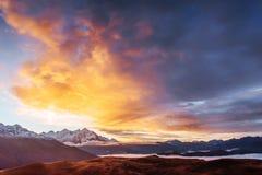 Ηλιοβασίλεμα στη λίμνη Koruldi βουνών Ανώτερο Svaneti, Γεωργία, Ευρώπη βόρειο ossetia ρωσικά βουνών ομοσπονδίας Καύκασου alania Στοκ Φωτογραφία