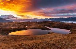 Ηλιοβασίλεμα στη λίμνη Koruldi βουνών Ανώτερο Svaneti, Γεωργία Ευρώπη βόρειο ossetia ρωσικά βουνών ομοσπονδίας Καύκασου alania Στοκ Εικόνες