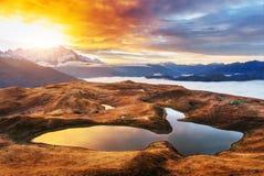 Ηλιοβασίλεμα στη λίμνη Koruldi βουνών Ανώτερο Svaneti, Γεωργία Ευρώπη βόρειο ossetia ρωσικά βουνών ομοσπονδίας Καύκασου alania Στοκ Φωτογραφία