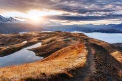 Ηλιοβασίλεμα στη λίμνη Koruldi βουνών Ανώτερο Svaneti, Γεωργία, Ευρώπη βόρειο ossetia ρωσικά βουνών ομοσπονδίας Καύκασου alania Στοκ Εικόνες