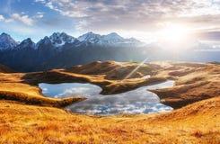 Ηλιοβασίλεμα στη λίμνη Koruldi βουνών Ανώτερο Svaneti, Γεωργία, Ευρώπη βόρειο ossetia ρωσικά βουνών ομοσπονδίας Καύκασου alania Στοκ φωτογραφία με δικαίωμα ελεύθερης χρήσης