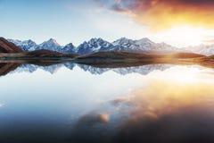 Ηλιοβασίλεμα στη λίμνη Koruldi βουνών Ανώτερο Svaneti, Γεωργία, Ευρώπη βόρειο ossetia ρωσικά βουνών ομοσπονδίας Καύκασου alania Στοκ Φωτογραφίες