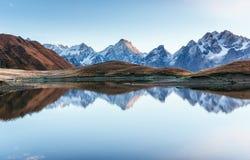 Ηλιοβασίλεμα στη λίμνη Koruldi βουνών Ανώτερο Svaneti, Γεωργία, Ευρώπη βόρειο ossetia ρωσικά βουνών ομοσπονδίας Καύκασου alania Στοκ εικόνα με δικαίωμα ελεύθερης χρήσης