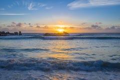 Ηλιοβασίλεμα στη λεπτοκαμωμένη παραλία Anse, Σεϋχέλλες Στοκ Φωτογραφίες