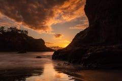 Ηλιοβασίλεμα στη μυστική παραλία, νότια ακτή του Όρεγκον στοκ φωτογραφία